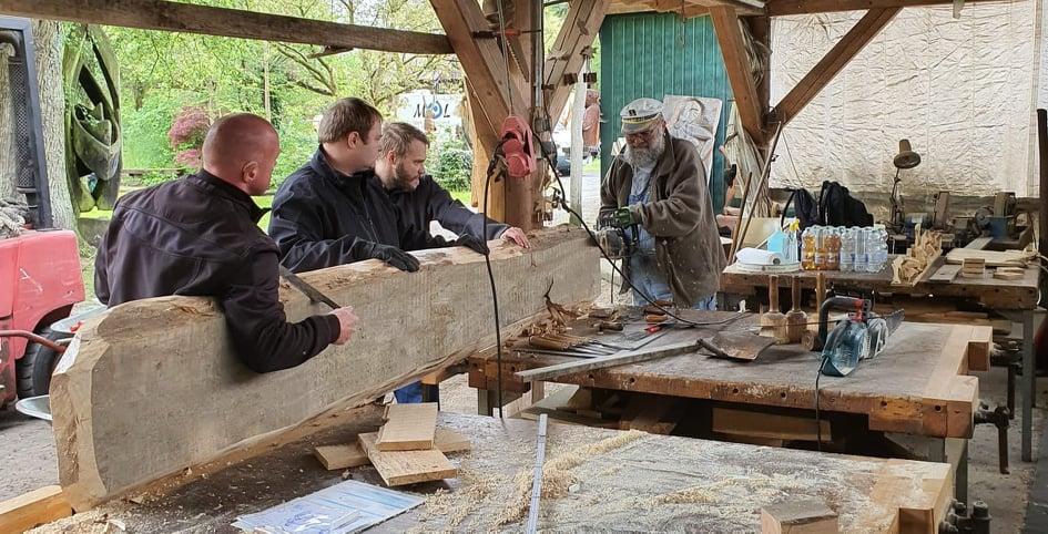 Zuerst das Holz schneiden und die Rinde entfernen